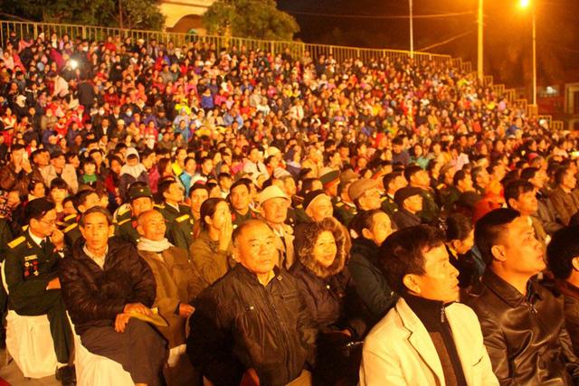 Buổi lễ thu hút hàng nghìn người dân đến tham dự và theo dõi