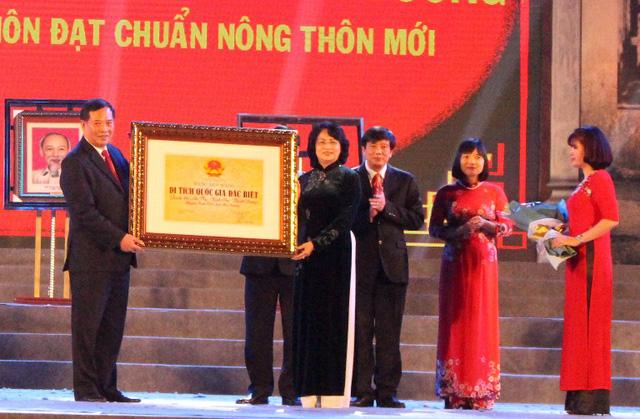 Phó Chủ tịch nước Đặng Thị Ngọc Thịnh trao bằng di tích Quốc gia đặc biệt cho tỉnh Hải Dương