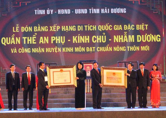 Phó Chủ tịch nước Đặng Thị Ngọc Thịnh trao bằng công nhận di tích Quốc gia đặc biệt và bằng công nhận huyện Kinh Môn đạt chuẩn nông thôn mới. Ảnh: Đ.Tùy