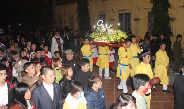 23 giờ, lễ rước tượng Chúa hài đồng trong không khí thành kính của đông đảo giáo dân và du khách