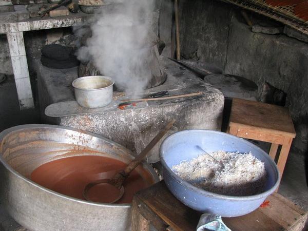 Tráng bánh đa ở một gia đình làng Sặt (Hải Dương)