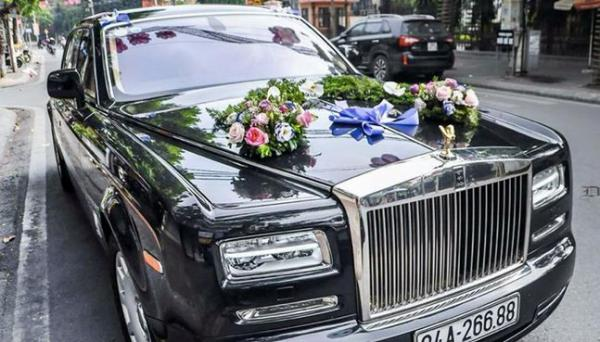 Ấn tượng nhất là chiếc Rolls-Royce Phantom EWB Series II trị giá 28 tỷ được ưu tiên sử dụng làm xe hoa.