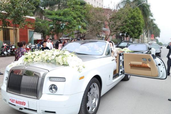 Chiếc xe hoa siêu sang và thuộc dạng hàng hiếm ở Việt Nam dẫn đoàn là Rolls-Royce Phantom mui trần màu trắng có giá khoảng hơn 30 tỷ đồng.