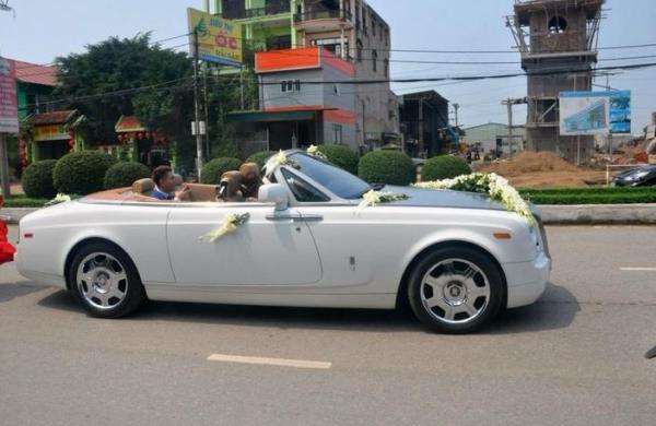 Cách đó không lâu, người dân trên đường phố Hải Dương cũng không khỏi bị thu hút bởi màn rước dâu bằng siêu phẩm Rolls-Royce Phantom Drophead Coupe của một thiếu gia trẻ.