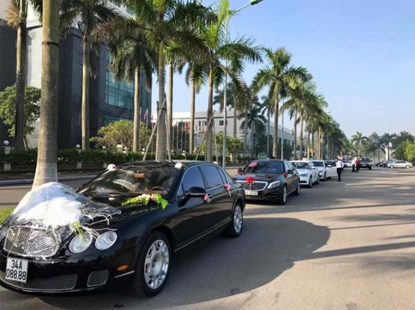"""Cuối năm 2016, buổi rước dâu khủng tại Hải Dương cũng không kém phần hoành tráng dàn siêu xe gồm Bentley Continental Flying Spur Speed biển """"tứ quý"""" 8 và một loạt sedan hạng sang Mercedes-Benz, Audi... đi kèm."""