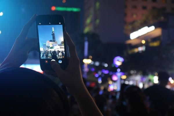 Nhiều người thích thú dùng smartphone ghi lại khoảnh khắc đáng nhớ.