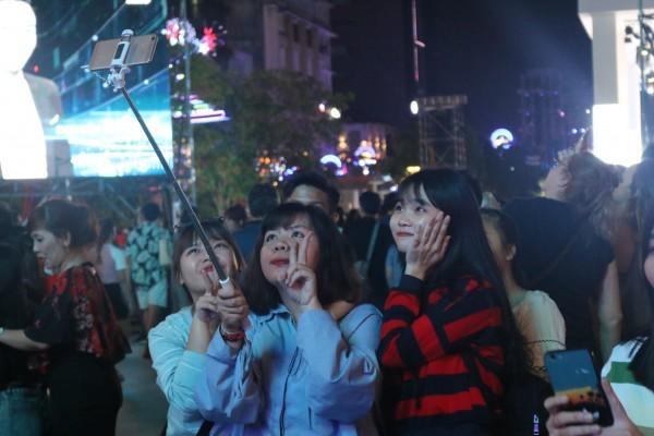 Nhiều bạn trẻ thích thú chụp ảnh cùng nhau.