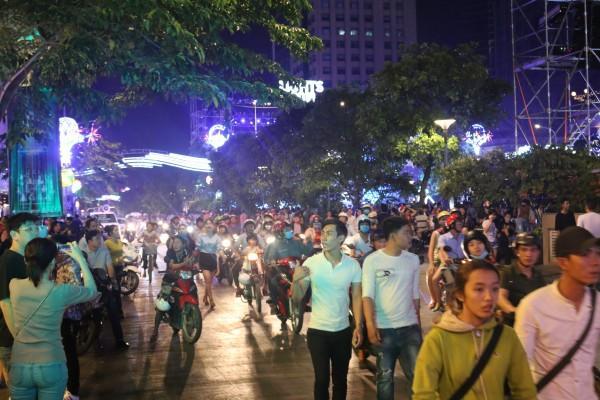 Các ngả đường quanh phố đi bộ đông nghịt người.