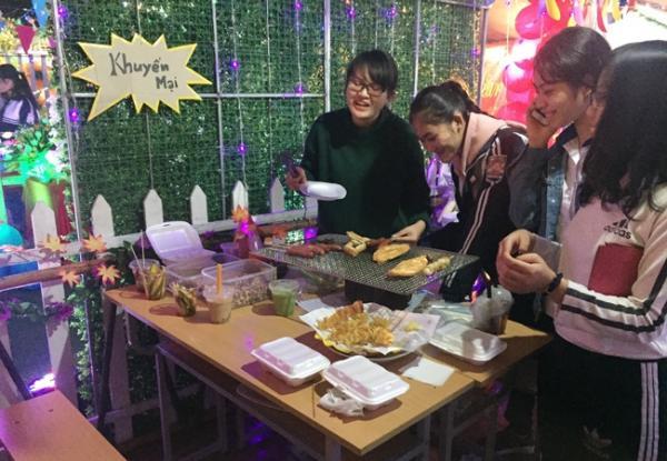 """Các em học sinh tham gia """"Hội chợ ẩm thực- Hàng thủ công mỹ nghệ"""""""