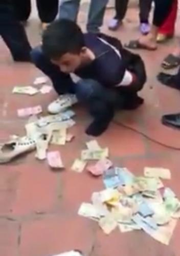 Hoàng Văn Mạnh bị người dân bắt quả tang cùng số tiền công đức trộm tại đền Long Bì, xã Đoàn Lập, huyện Tiên Lãng. Ảnh: cắt từ video clip