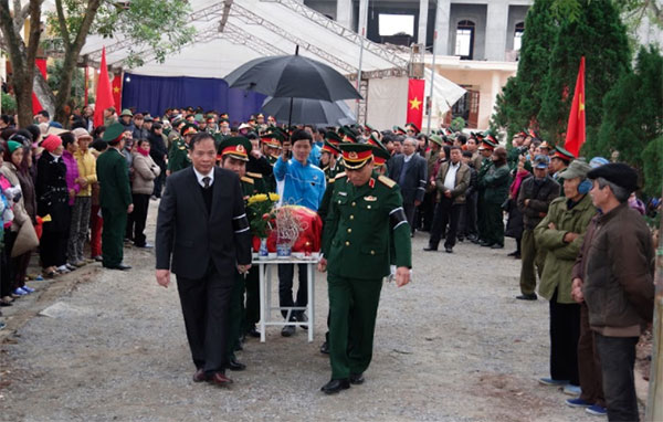 Các đại biểu cùng đông đảo nhân dân tiễn đưa các liệt sĩ về nơi an nghỉtại Nghĩa trang liệt sĩ thị xã Nguyên Giáp.