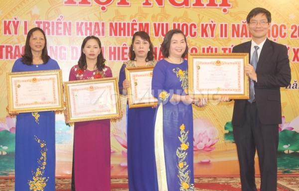 Thừa ủy quyền của Chủ tịch nước, đồng chí Phó Chủ tịch UBND tỉnh Lương Văn Cầu trao danh hiệu Nhà giáo Ưu tú cho các giáo viên tiêu biểu