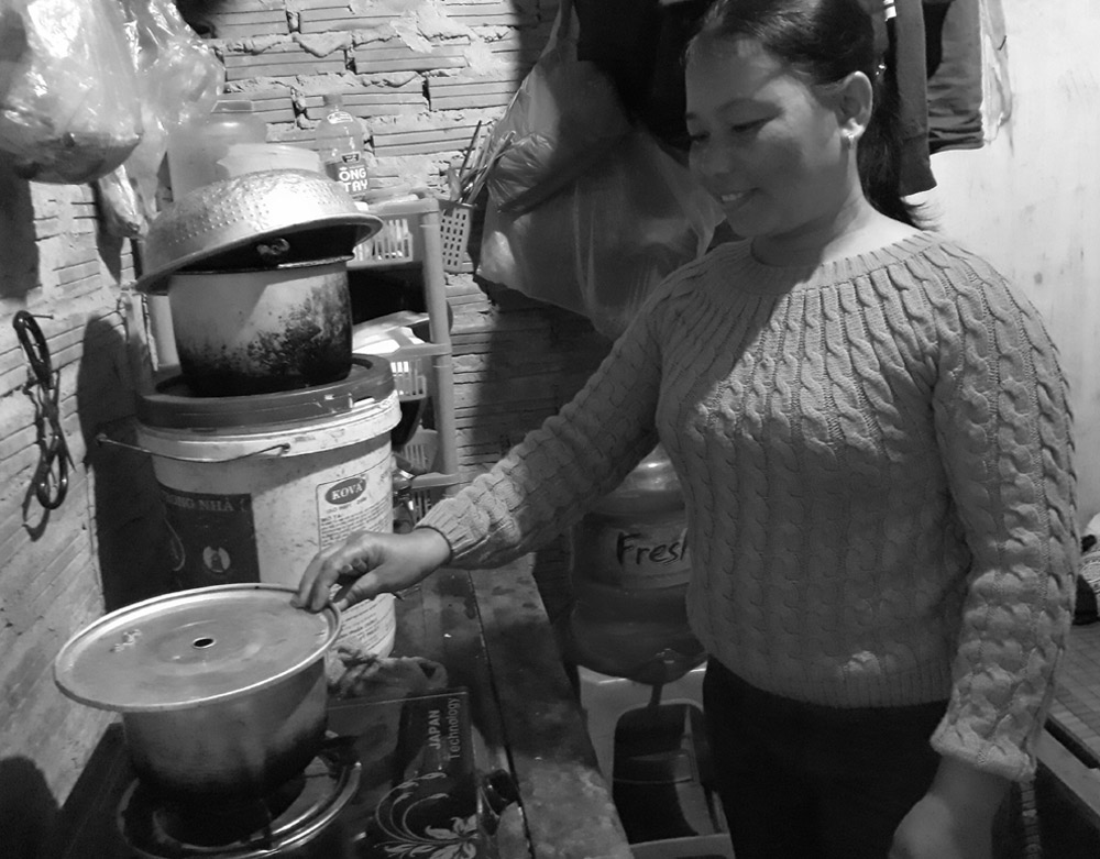 Chị Nguyễn Thị Hiên chuẩn bị cơm tối để kịp giờ ra chợ. Ảnh: Vũ Lụa