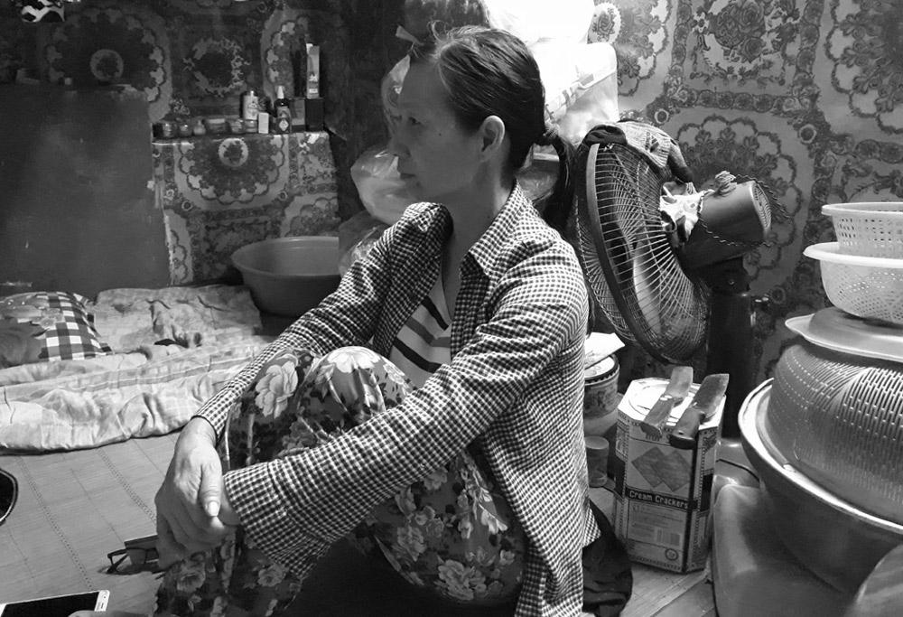 Chị Nguyễn Thị Phương trong căn phòng ngổn ngang vật dụng. Ảnh: Vũ Lụa