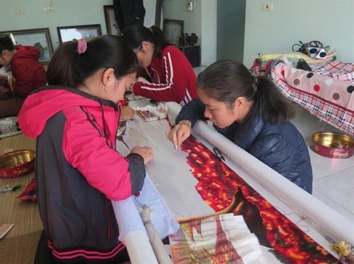 Cơ sở thêu của nghệ nhân ưu tú Phạm Thị Hòa tạo việc làm thường xuyên cho 20 lao động địa phương, mỗi lao động thu nhập khoảng 4 triệu đồng/tháng. Ảnh: Mạnh Minh- TTXVN