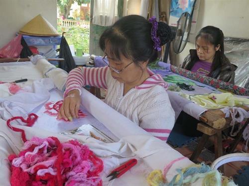 Cơ sở thêu Hoan Tứ – Một trong các cơ sở thêu ở Xuân Nẻo vẫn giữ được nghề truyền thống, tạo việc làm thường xuyên cho khoảng 10 lao động tuổi ngoài 50. Ảnh: Mạnh Minh- TTXVN