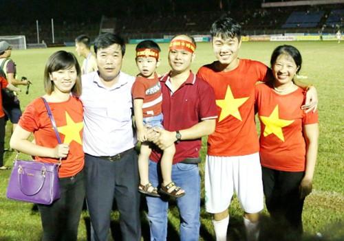 Xuân Trường cùng gia đình trong một trận đấu tại Cần Thơ cách đây 4 năm. Ảnh: Báo Thanh Niên