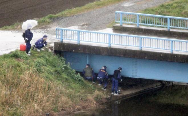 Thi thể bé Nhật Linh được tìm thấy bên khe cầu cạnh bờ sông ở Akibo.