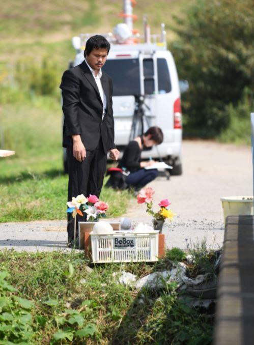 Hôm 26/9, 6 tháng sau khi bé Nhật Linh ra đi, anh Hào đã quay lại địa điểm thi thể bé được tìm thấy, ngậm ngùi viếng con gái.