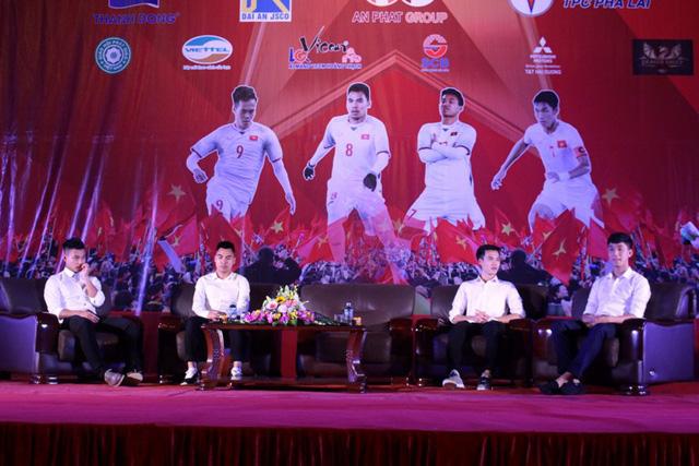Sau đó, các tuyển thủ tham gia giao lưu với khán giả và người hâm mộ