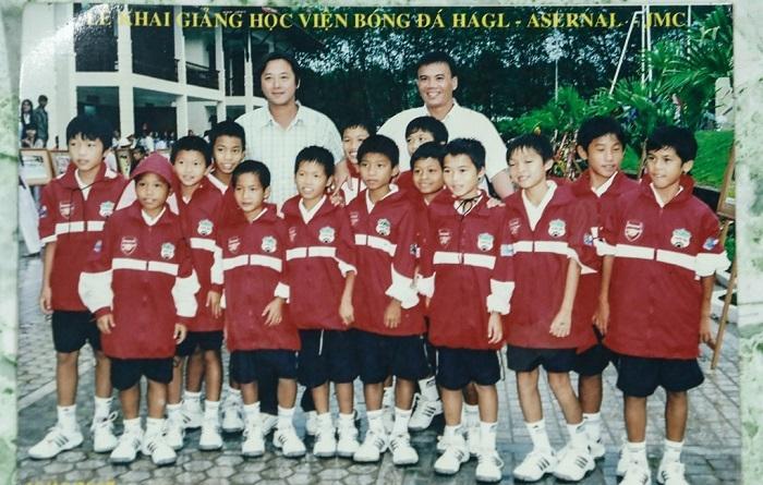 Văn Toàn là một trong những cầu thủ U11 Hải Dương được tuyển vào lò đào tạo HAGL khóa đầu tiên (Toàn đứng thứ 4 từ phải sang).