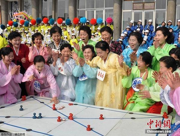 Người dân Triều Tiên rất hân hoan khi được tham dự các trò chơi truyền thống nhân dịp đón năm mới.