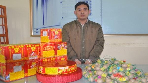 Nguyễn Văn Đông cùng tang vật tại cơ quan công an