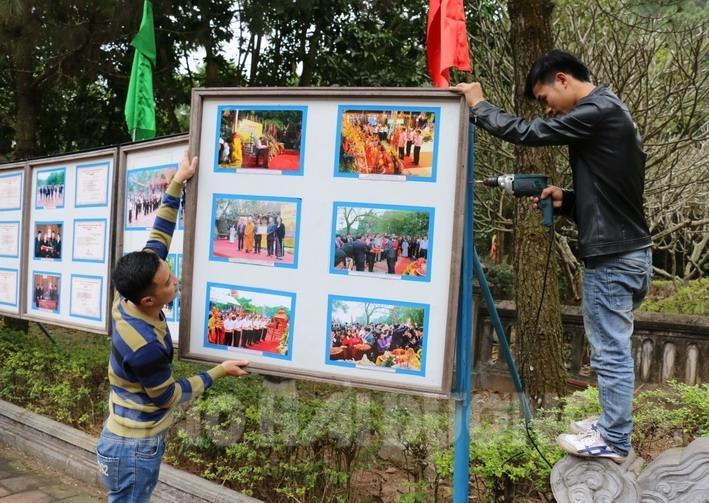 Nhân viên Ban Quản lý di tích Côn Sơn - Kiếp Bạc treo 8 dàn pa nô ảnh giới thiệu về khu di tích