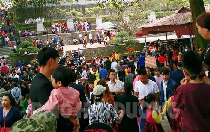 Mỗi ngày có hàng trăm lượt du khách từ khắp nơi đổ về khu di tích quốc gia đặc biệt An Phụ-Kính Chủ-Nhẫm Dương