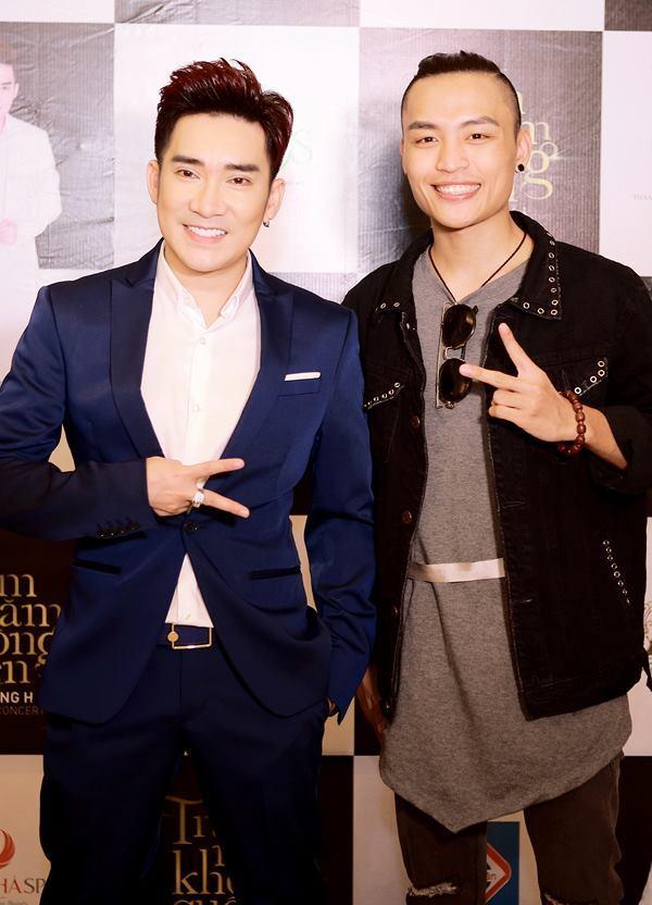 Việt Thắng chụp ảnh cùng ca sĩ Quang Hà.