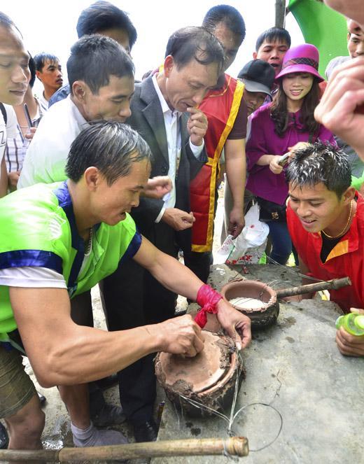 Phần thi nấu cơm trên sông trong lễ hội chùa Bạch Hào. (Ảnh: phatgiao.org.vn)