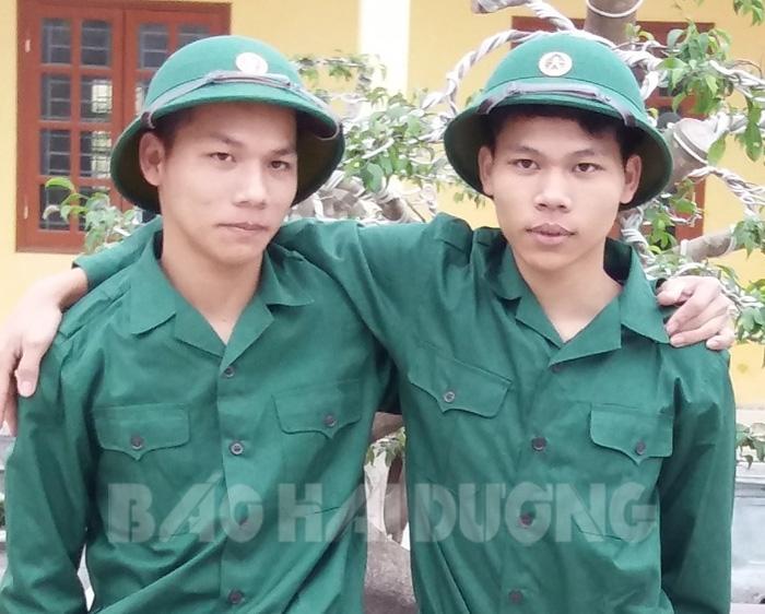 Hai anh em Tuấn (trái) và Thắng cùng viết đơn tình nguyện nhập ngũ cùng một đợt