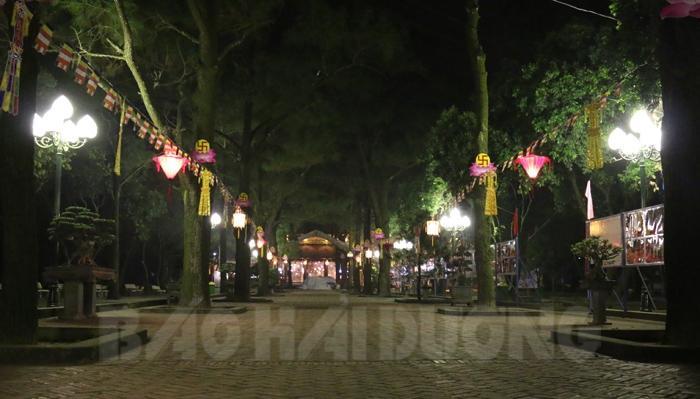 """Đường """"Nhất chính đạo"""" đưa du khách vào chùa Côn Sơn rực sáng ánh điện đèn màu"""