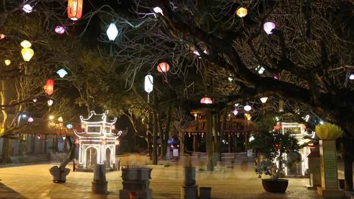 Khu vực sân chùa Côn Sơn về đêm đẹp huyền ảo, cho ta cảm giác nhẹ nhàng, thanh khiết