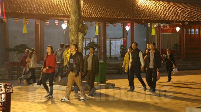 Nhiều du khách đã chọn thời điểm về đêm để khám phá di tích Côn Sơn. Họ đắm mình vào khung cảnh lung linh, thanh tịnh trước chùa Côn Sơn