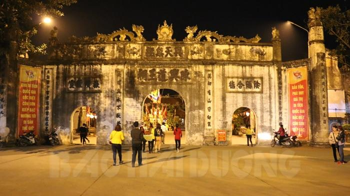 Đền Kiếp Bạc về đêm rực rỡ sắc màu
