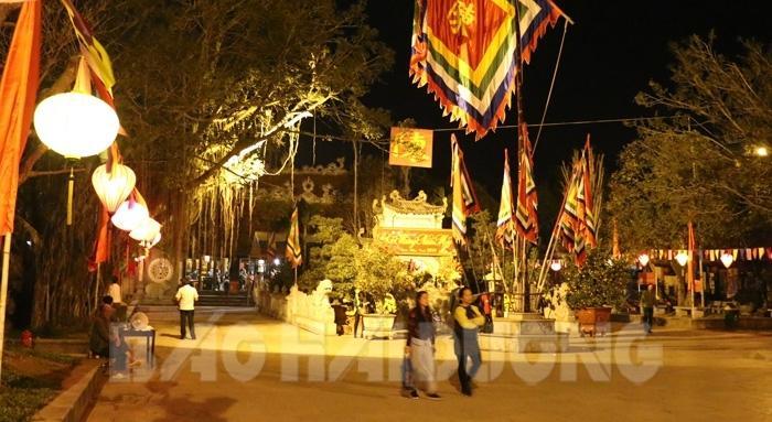 Đại diện Ban Quản lý khu di tích Côn Sơn - Kiếp Bạc cho biết bình quân mỗi buổi tối vẫn có từ vài trăm đến 1.000 du khách hành hương, du xuân tại đền Kiếp Bạc, chủ yếu du khách tỉnh ngoài