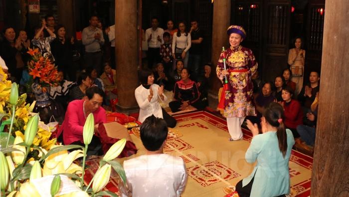 Trong mùa lễ hội, buổi tối ở đền Kiếp Bạc thường có hoạt động tín ngưỡng hầu Thánh
