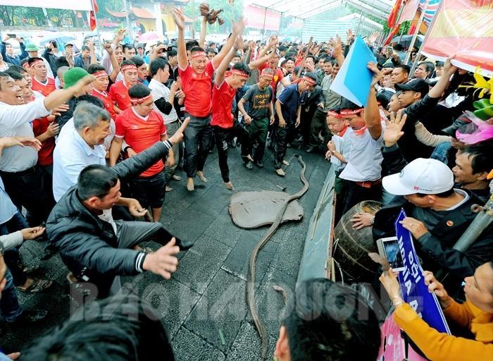 Niềm vui sướng tột độ của các pháo thủ xã Nghĩa An (Ninh Giang) và du khách thập phương sau khi gieo pháo. Ảnh: Thành Chung