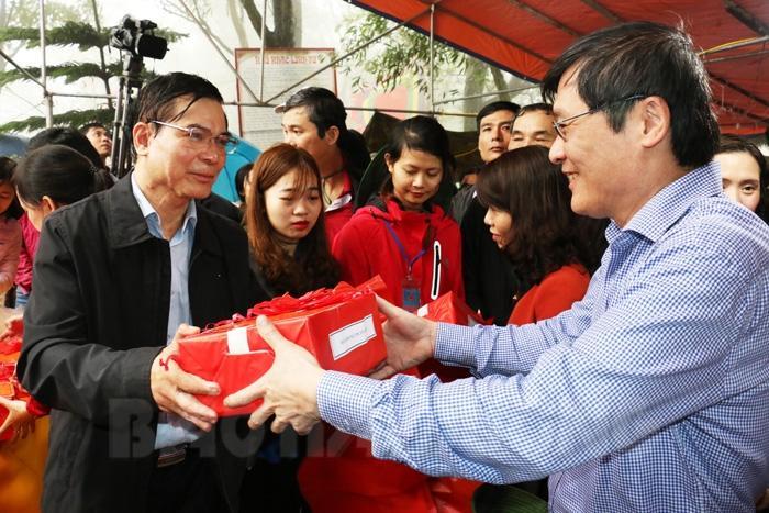 Đồng chí Phó Bí thư Thường trực Tỉnh ủy Vũ Văn Sơn phát ngũ cốc cho đại diện các sở, ban, ngành, đoàn thể của tỉnh