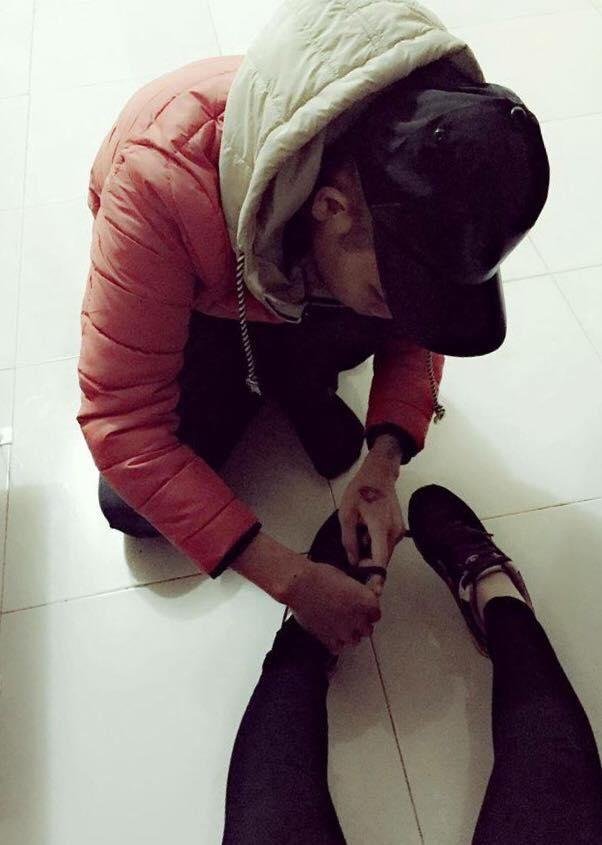 Long thích buộc dây giày cho Phương, điều này làm Phương hạnh phúc (Ảnh NVCC).