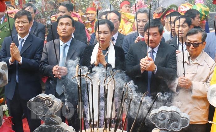 Các đồng chí lãnh đạo Bộ Văn hóa, Thể thao và Du lịch, tỉnh, thị xã Chí Linh dâng hương tại đền Cao
