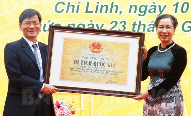 Thứ trưởng Văn hóa, Thể thao và Du lịch Đặng Thị Bích Liên trao bằng xếp hạng di tích quốc gia quần thể di tích đền Cao cho tỉnh