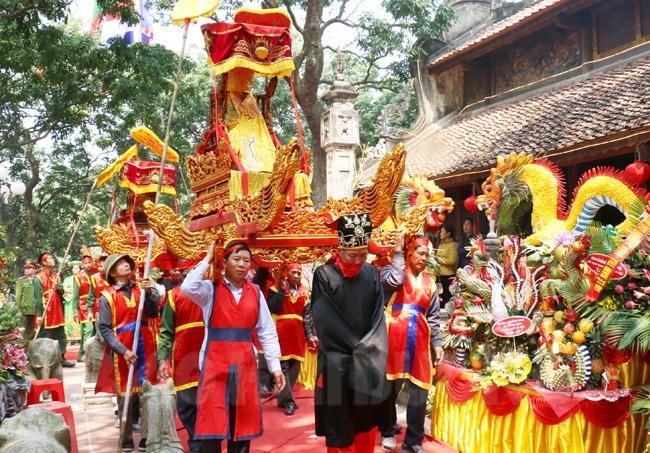 Sau buổi lễ, các đại biểu và nhân dân tham dự nghi lễ rước bộ từ đền Cao về đình Lạc Đạo
