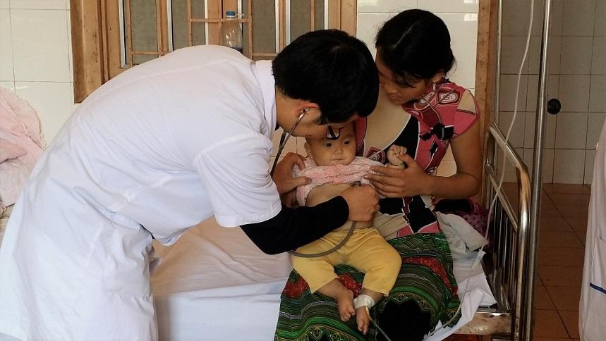 Bác sĩ Nguyễn Văn Hiếu khám bệnh cho người dân Điện Biên. Ảnh: NVCC