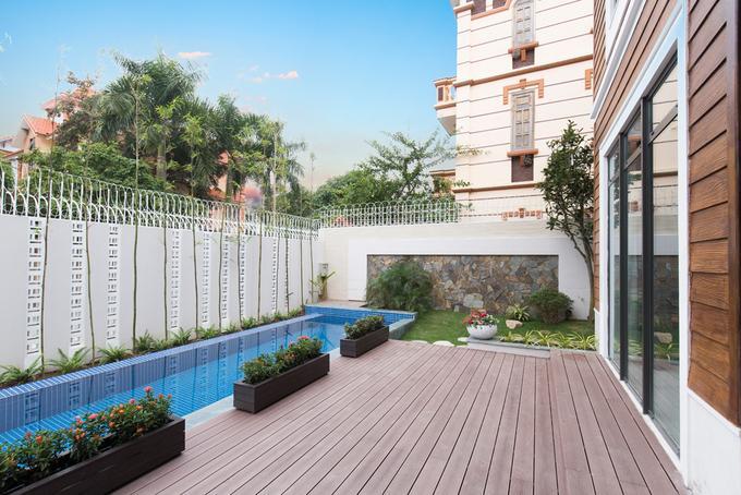 Nhà được xây dựng trên diện tích 300 m2 với sân vườn, bể bơi bao quanh. Nhà chỉ có 2 tầng, thấp hơn hẳn so với các công trình xung quanh nhưng có nét riêng khác biệt, đem lại sự hài lòng cho gia chủ.
