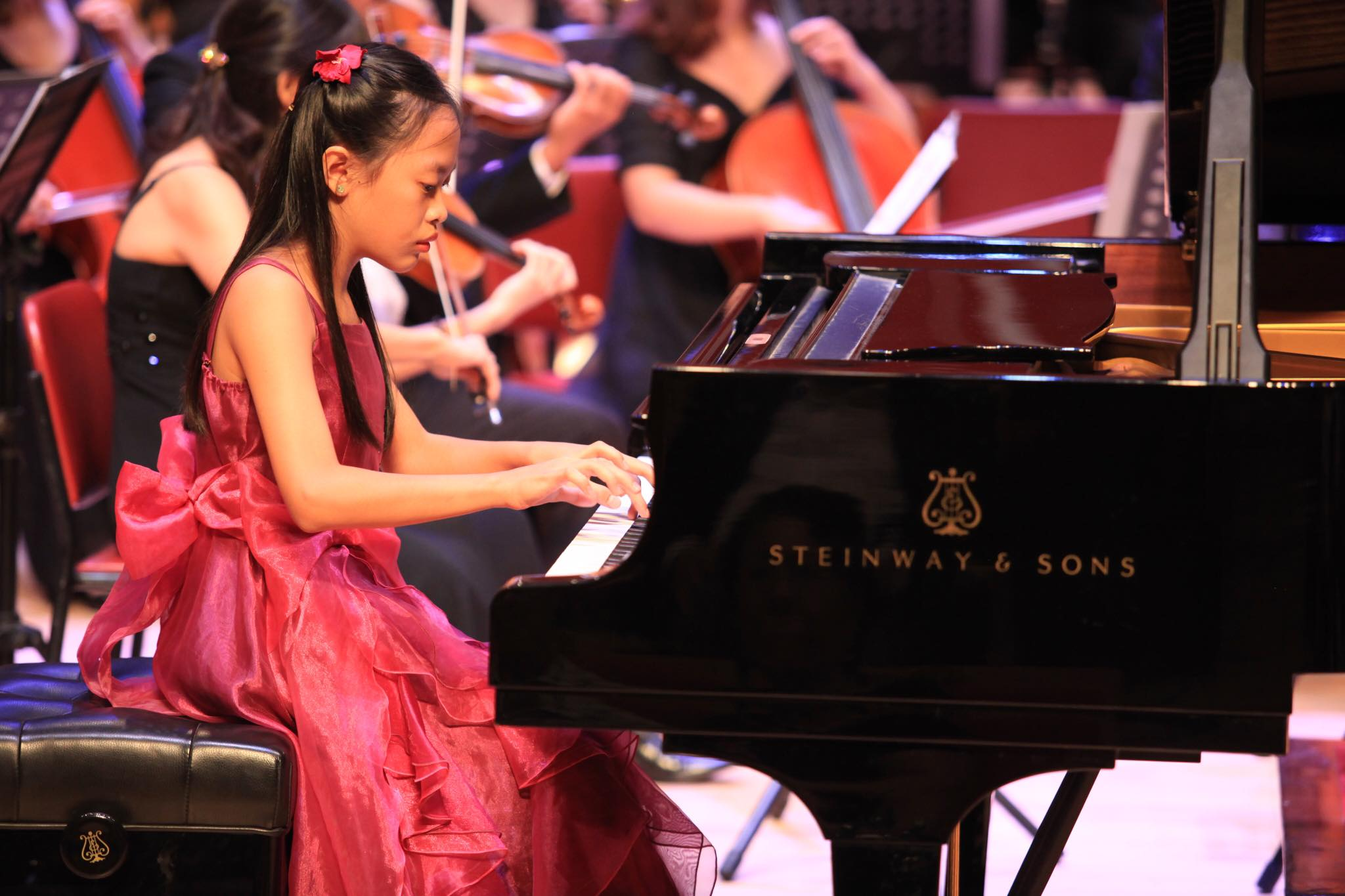 Trần Minh Châu chơi piano