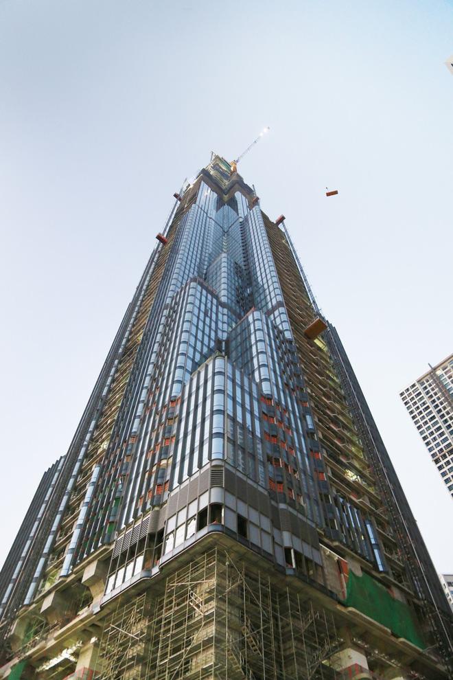 Tòa nhà dường như sẽ được ốp kính toàn bộ mặt ngoài, thuôn dần về phía đỉnh và chia nhiều nhịp nghỉ để thu hẹp chiều rộng.