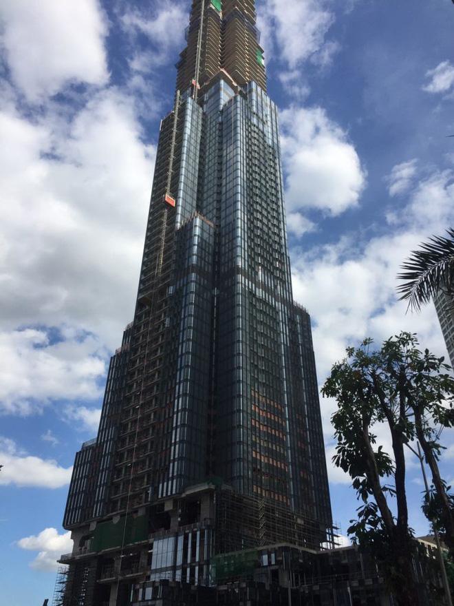 Trong khi phần trên vẫn đang tiếp tục xây dựng, những công đoạn hoàn thiện đã được xúc tiến ở các tầng dưới cùng.