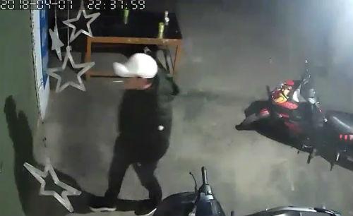 Đêm ngày 7/4, một số người lạ mặt đến đập cửa nhà anh Duyên đòi